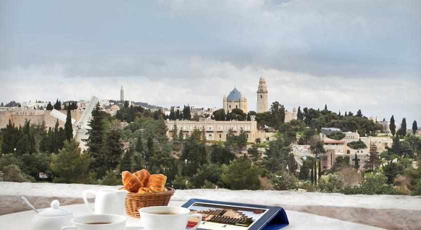ארוחת בוקר במרפסת מלון ענבל