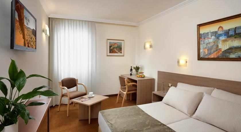 מיטה זוגית מלון שערי ירושלים