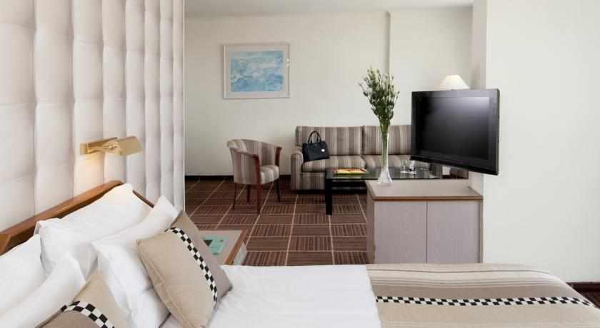 חדר מלון רימונים