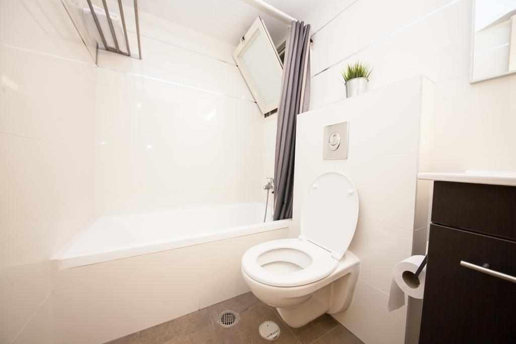 מקלחת ושירותים סנטר סיטי אפרטמנטס